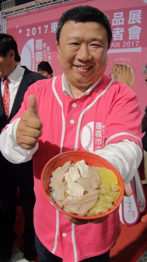 嘉義市知名的「劉里長雞肉飯」業者劉宗源說,沒想到有一天雞肉飯也可以走上國際,相當...