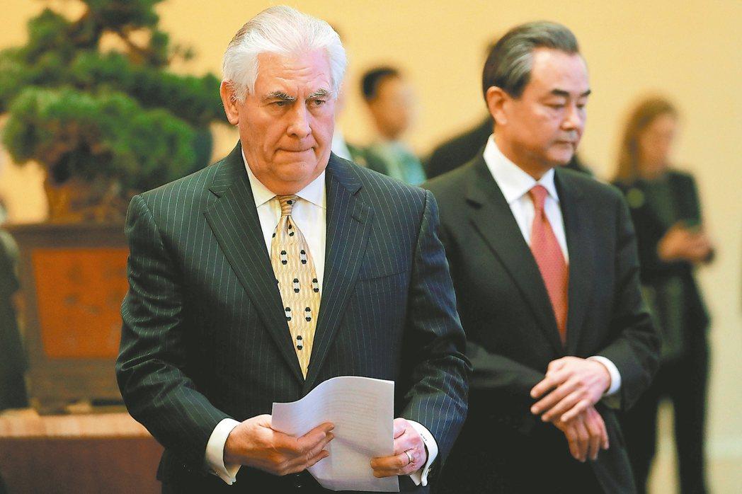美國國務卿提勒森(左)訪中時表示要相互尊重,遭華郵批評讓步太大。圖為他十八日與大...