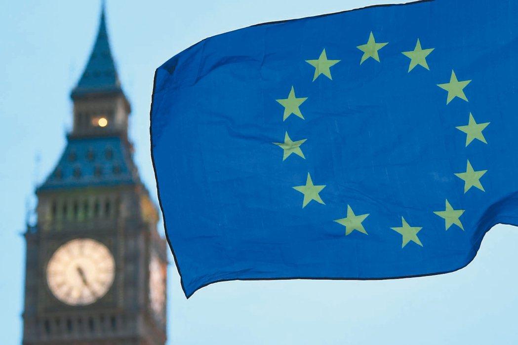 英國將啟動脫歐,圖為倫敦大笨鐘前的歐盟旗幟。 法新社