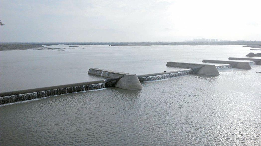 高屏溪川流量已降到每秒16.7立方公尺,且有持續下降的可能。 圖/南區水資源局提...