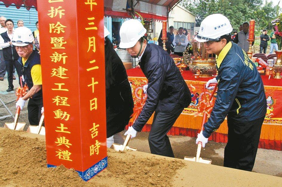 新竹市長林智堅(右二)出席動保教育園區動土典禮。 圖/市府提供