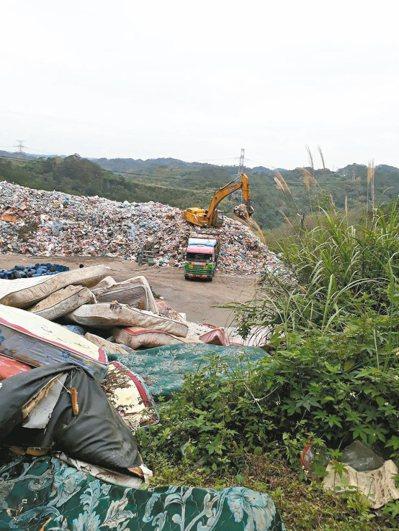 竹東垃圾已累積3200噸,地方人士抗議此區為水質水源保護區,恐影響下游民生用水。...