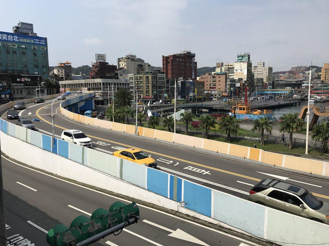 東岸商場旁就是上高速公路的引道。 記者吳淑君/攝影