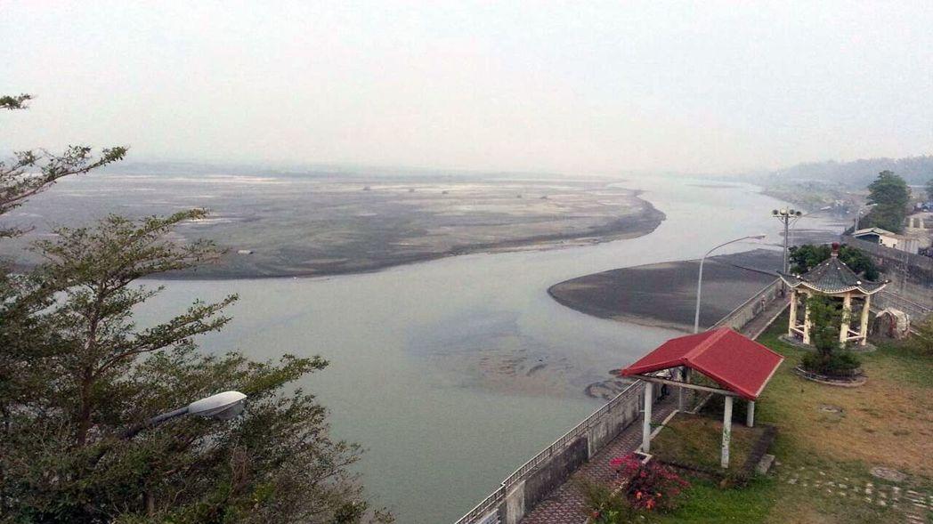 南部地區降雨少,高雄賴以供水的高屏溪,川流量持續下降。 圖/南區水資源局提供