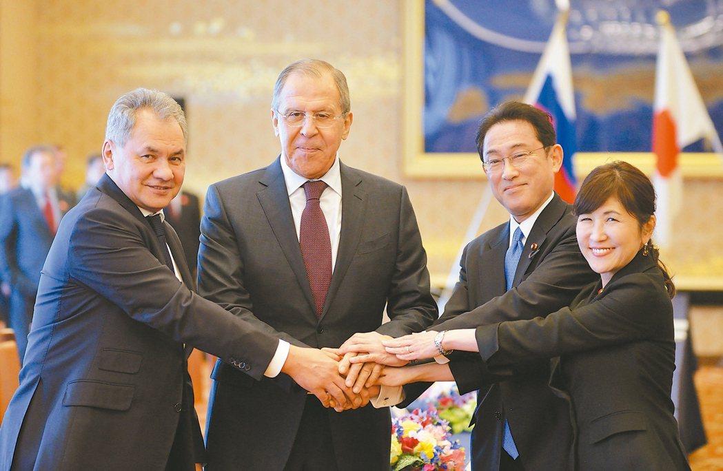 俄羅斯國防部長蕭依古(左起)、俄羅斯外長拉夫洛夫、日本外相岸田文雄和日本防衛大臣...