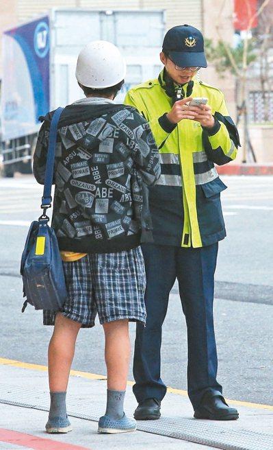 客委會主委李永得遭警方盤查事件引發熱議,圖為警察在街頭出勤,一位民眾上前問路。 ...