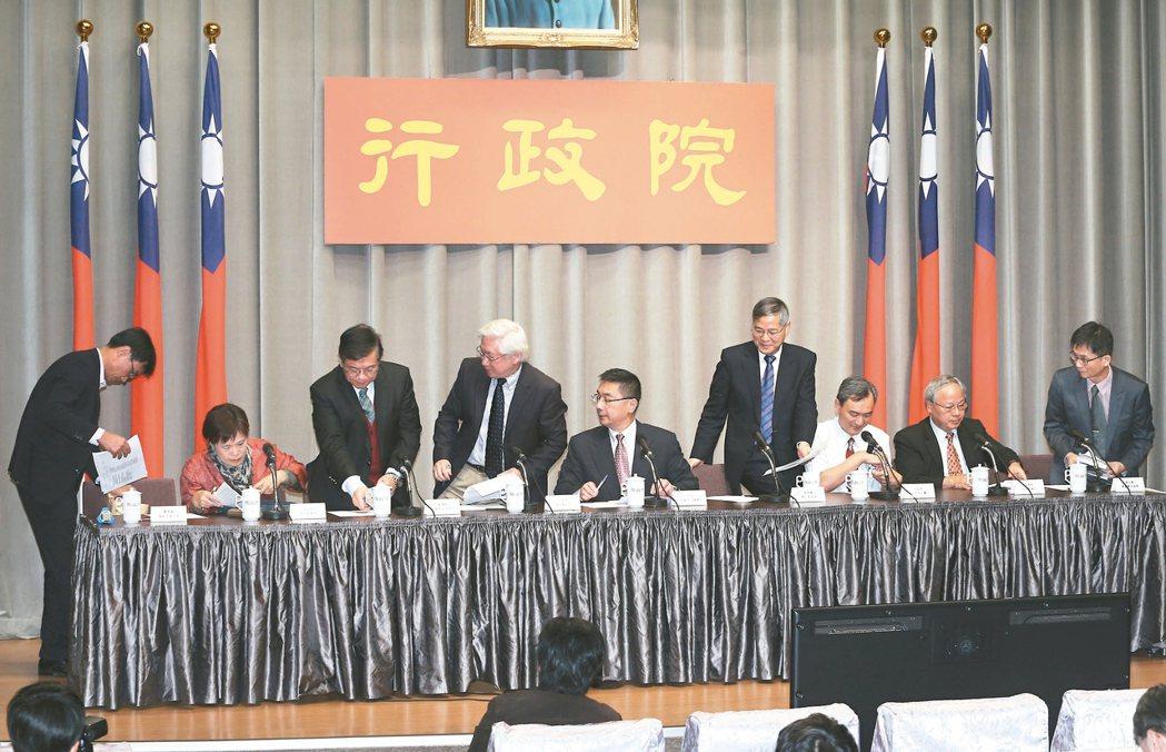 行政院昨召開前瞻基礎建設計畫中的綠能與水環境記者會,農委會副主委陳吉仲(左起)、...