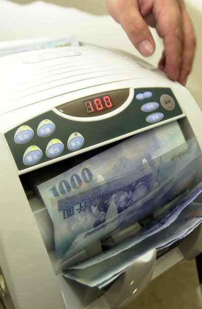 捧著大筆現金去存錢,搞不好會被銀行拒收。 本報資料照片