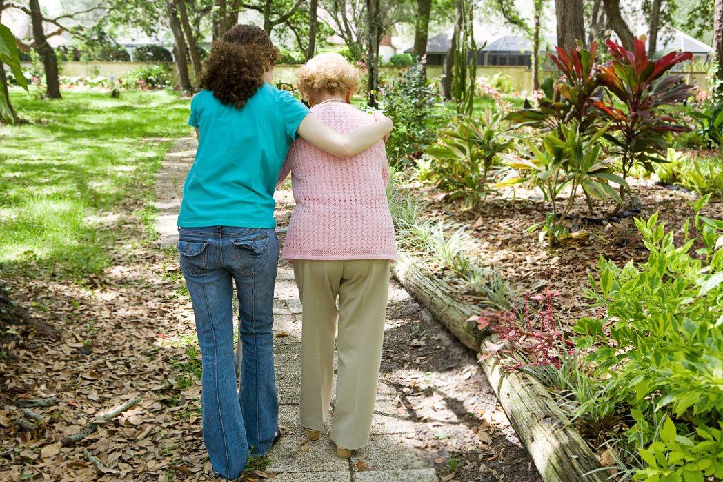 根據大數據分析,失智症患者比一般人更長壽,50歲失智者的平均餘命達33年,後續的...