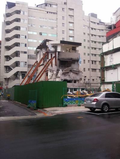 位於台北市長安西路的都更案,日前實施者欣偉傑建設公司強行拆屋,導致該房屋況「搖搖...