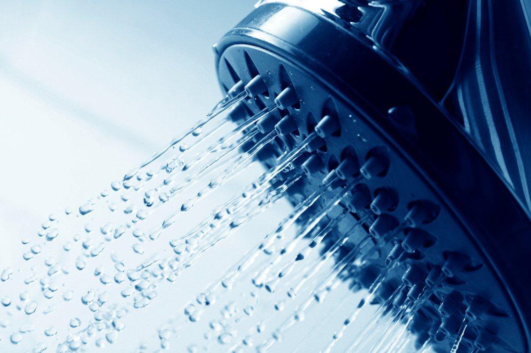 一名男子不停洗手、每次洗澡至少花2小時,是典型的「強迫症」。 圖/Ingimag...
