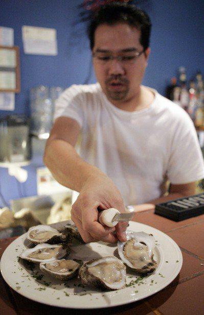 食用沒煮熟的生猛海鮮,可能感染A肝。 (美聯社資料照)