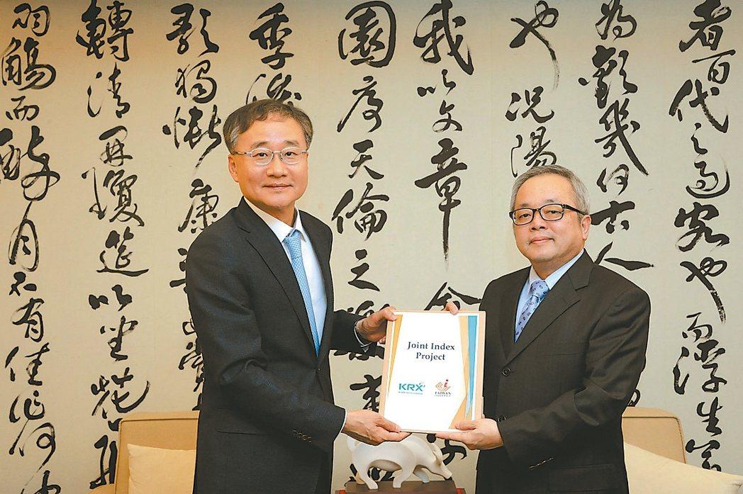 韓國交易所董事長鄭燦宇(左)來訪,與台灣證券交易所董事長施俊吉達成指數合編協議。...