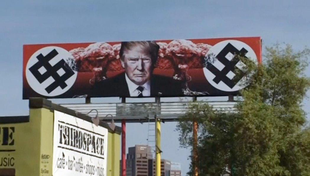 加州聖塔蒙尼卡女藝術家凱倫‧菲歐利多在亞利桑納州樹立一幅把川普總統影射為納粹分子...