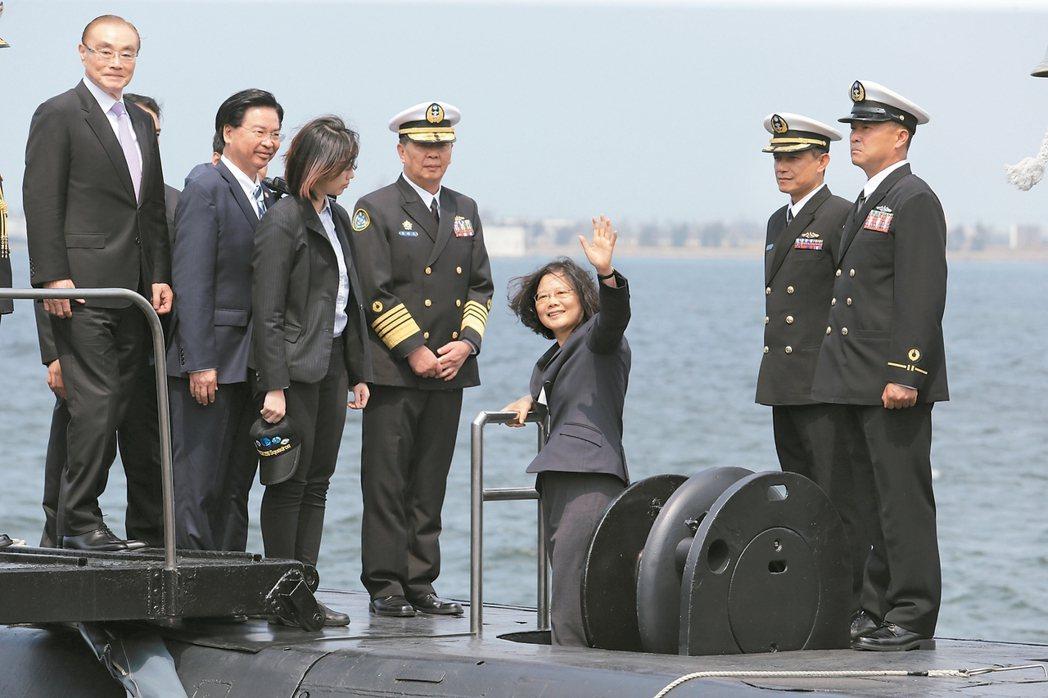蔡英文總統今天上午南下左營主持潛艦國造簽約儀式、蔡英文還登上海虎潛艦揮手致意。 ...