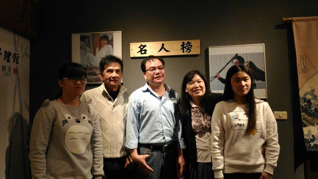 80年代武打小生李小飛(左2)進軍餐飲業,最近開起小吃店。開幕當天,不少影迷認出...