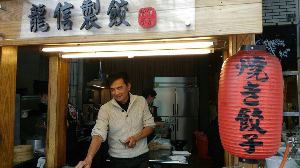 80年代武打小生李小飛進軍餐飲業,最近開起小吃店。開幕當天,不少影迷認出他,爭相...