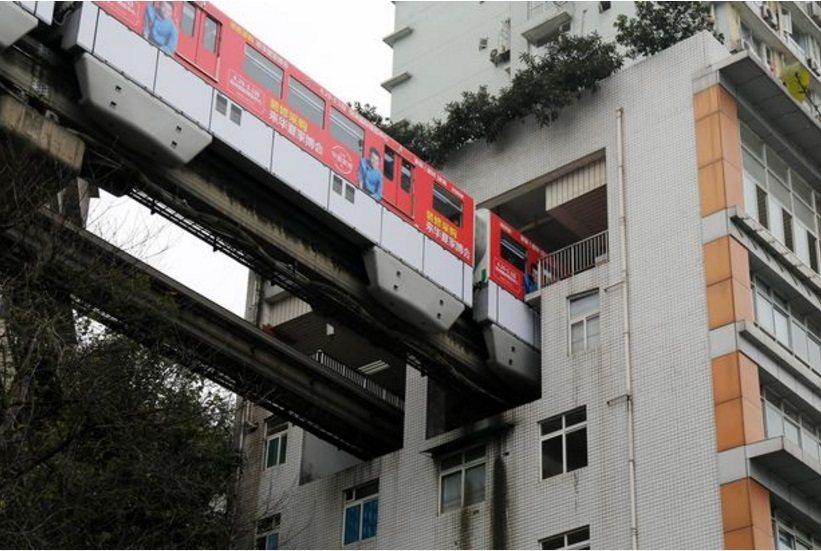大陸重慶市一段輕軌行經混商大樓,被網友質疑「噪音會很吵」。圖擷自鏡報(3/19)