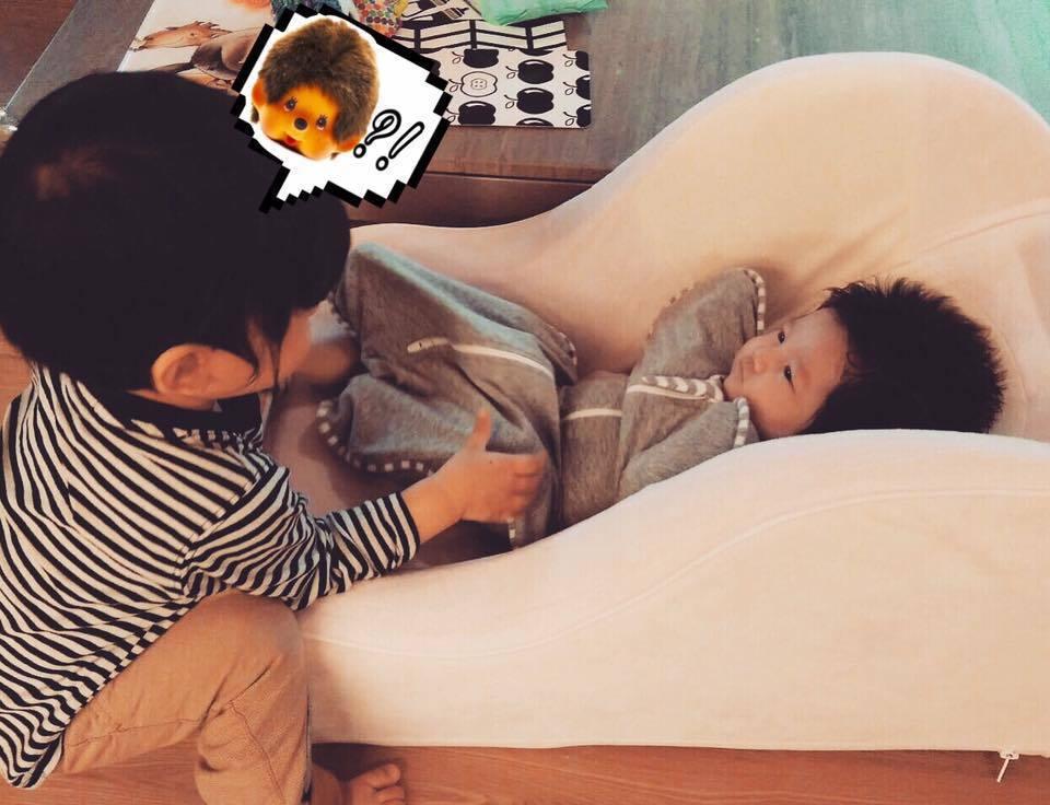 隋棠女兒(右)與人氣玩偶夢奇奇撞臉。 圖/擷自隋棠臉書