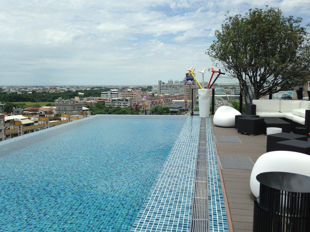 承億文旅桃城茶樣子飯店 頂樓這處無邊界游泳池,令人心曠神怡。記者唐秀麗/攝影