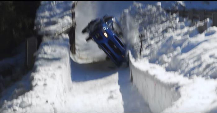 Mark Higgins 甚至在影片中出現兩輪側身行駛的鏡頭。 摘自 Youtube