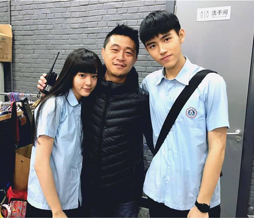 歐陽娜娜(左)與陳飛宇(右)在「秘果」中演出男女主角,中為導演連奕琦。 圖/擷自...