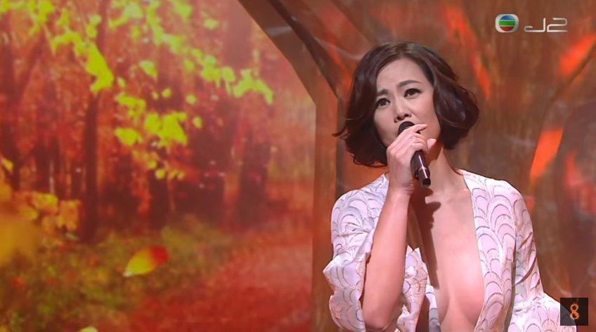 48歲王馨平穿著太性感,節目播出後遭投訴。 圖/擷自youtube。