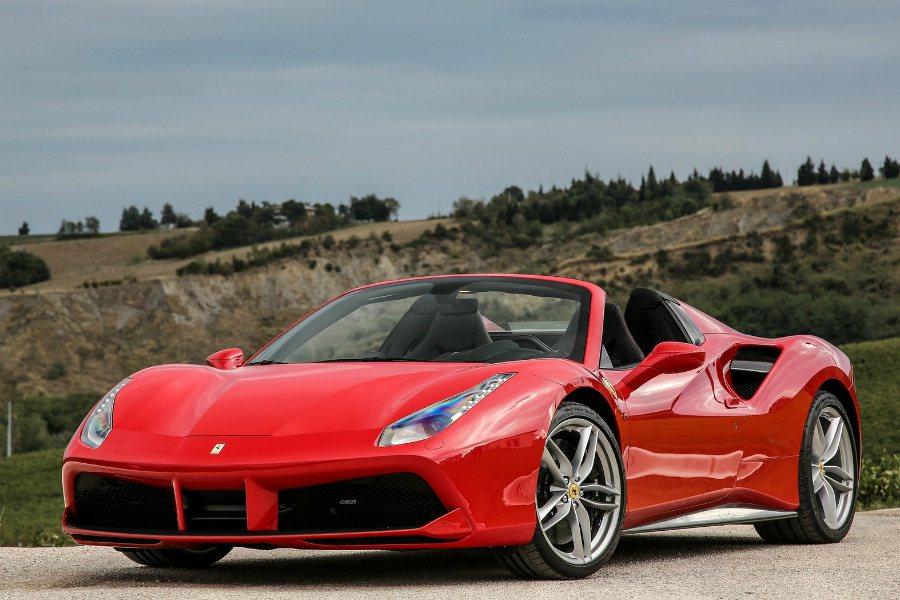 Ferrari 法拉利可說是眾家車廠的淨利霸主,2016 年每賣出一部車的淨利就高達 $90,000 美元(約台幣 274 萬)。圖為 Ferrari 488 Spider。 摘自 Ferrari