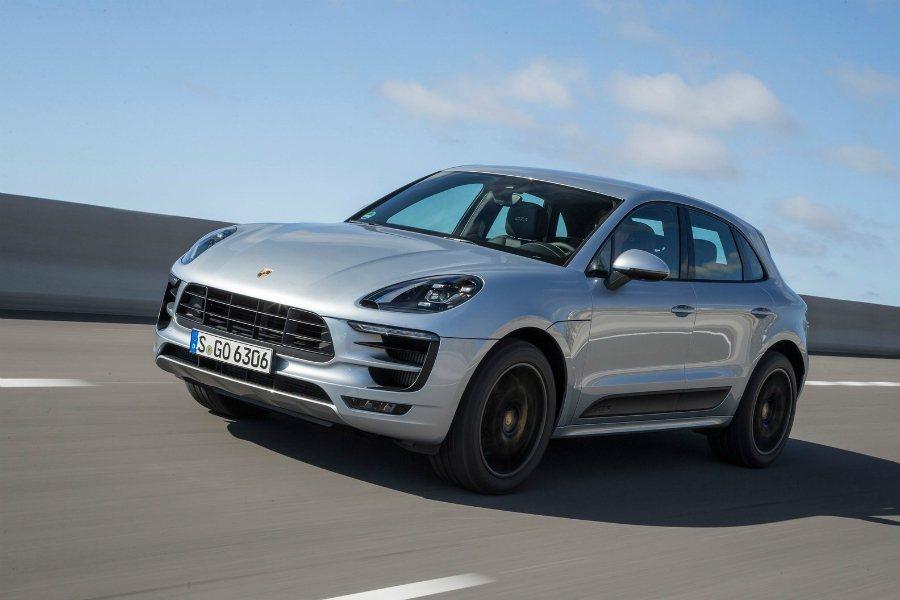 過去三年 Porsche 的年產量成長 47%,相當於 BMW 年產量的十分之一,且 Macan 休旅車更佔了 Porsche 整體銷售的 40%,不僅是該品牌最實惠的車型,同時也是賣最好的車款。圖為 2017 Porsche Macan GTS。 摘自 Porsche