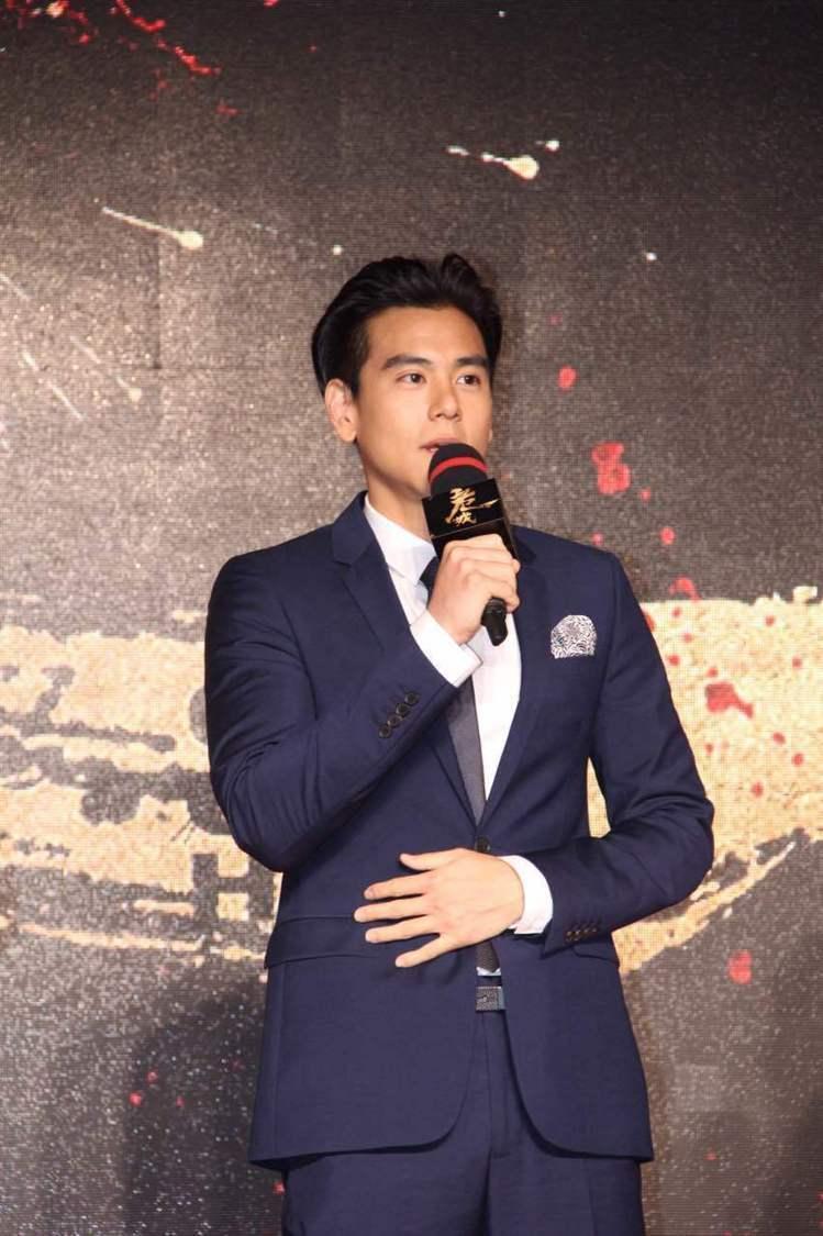 簡單的深藍色西裝加上灰領帶、口袋巾,讓整個造型有層次感。圖/擷自weibo