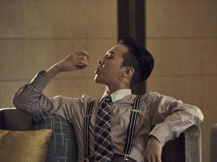 慵懶中帶點雅痞的調調讓權志龍更加迷人。圖/擷自weibo