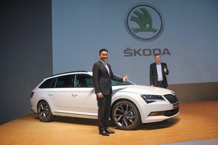 Skoda亞洲及中東區銷售總監Stefan Timmermann(右) 和Skoda Taiwan總裁李御林(左),共同為Skoda Supeb Sportline上市揭幕。 記者史榮恩/攝影
