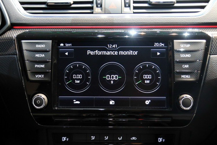 Skoda Superb Sportline在中控螢幕上顯示油溫、G值、馬力、機油及Lap等性能資訊,整體充滿運動氣息。 記者史榮恩/攝影
