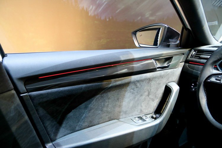 Skoda Superb Sportline碳纖維飾板。 記者史榮恩/攝影