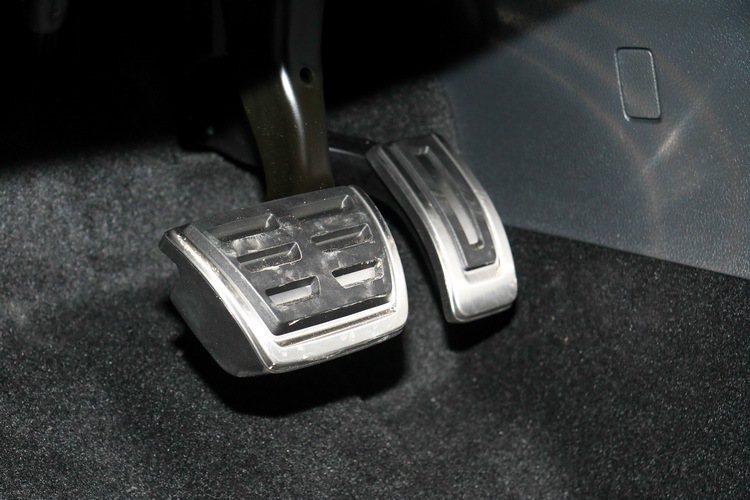 Skoda Superb Sportline金屬油門及煞車踏板 記者史榮恩/攝影