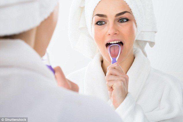 除牙刷外,清潔舌頭也可使用刮舌器。 圖/翻攝自英國每日郵報