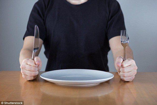 吃東西會刺激唾液分泌,將引發臭味的細菌趕出口腔。 圖/翻攝自英國每日郵報