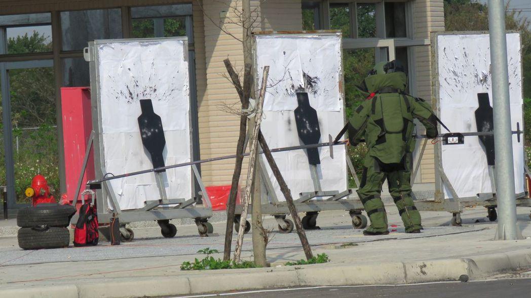 防爆演練時模擬拆移引爆爆裂物過程。 記者張弘昌/攝影