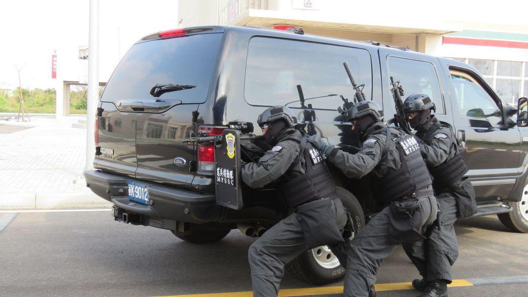 反恐訓練中心昨天啟用,並舉行聯合實兵擬真操演,憲質特勤隊參與反巴士劫持演練。 記...