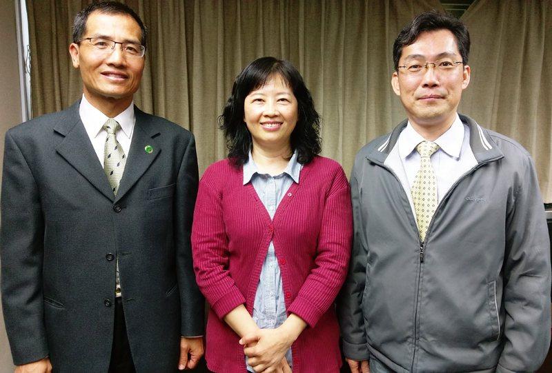 科技部21日發布「科學園區105年度營運成效及未來展望」報告,左起竹科代表林輝宏...