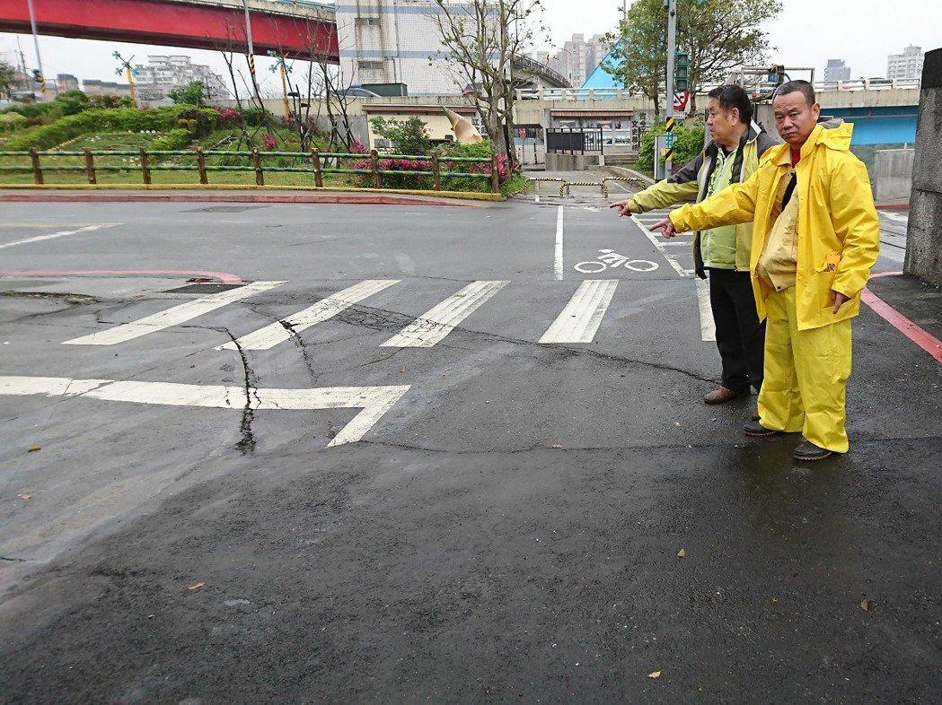 基隆河汐止區江北橋的道路邊坡,疑似淘空情況一直沒有停止,市議員周雅玲服務處現場了...