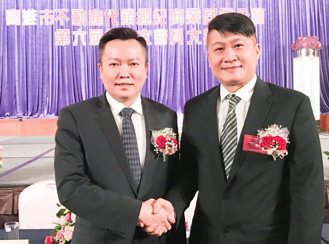 戴嘉聖(左)將不動產代銷公會理事長重責大任交接給張明道。 攝影/張世雅