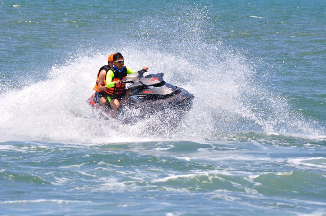 全國第一場水上摩托車競賽4月將在屏東大鵬灣登場。圖/大鵬灣青洲濱海遊憩區提供