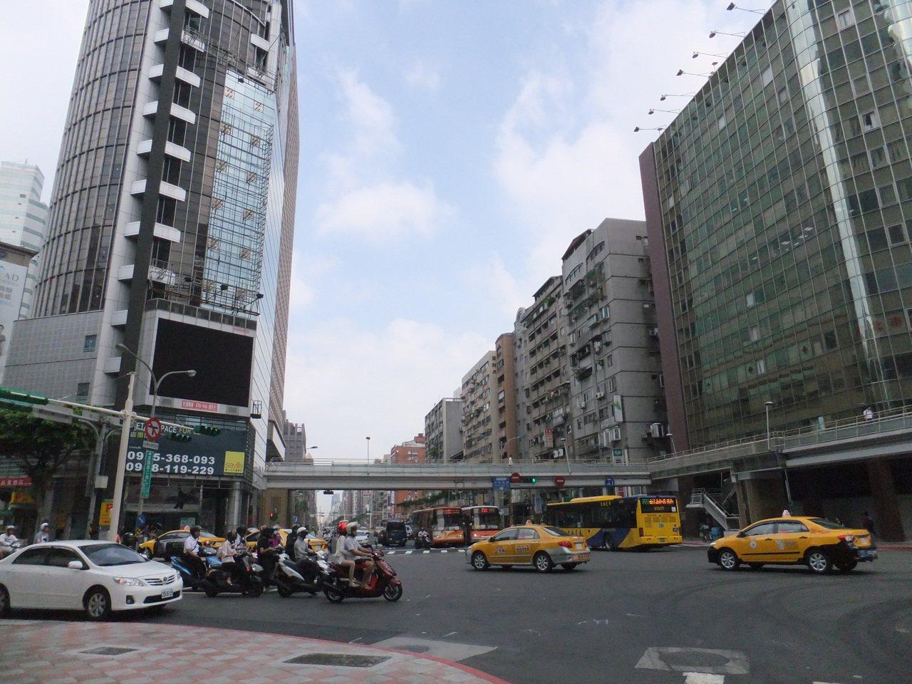 台北市公布最新住宅價格指數,蛋黃區指數跌破基期100,降至99.1。記者游智文/...