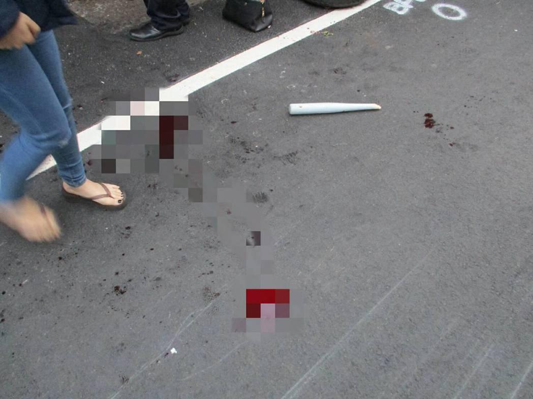 凶案現場血跡斑斑,球棒也被打斷遺留現場。 記者林昭彰/翻攝