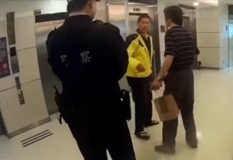 客委會主委李永得(中)被員警盤查,他氣得在臉書指責「台北市什麼時候變成警察國家?...