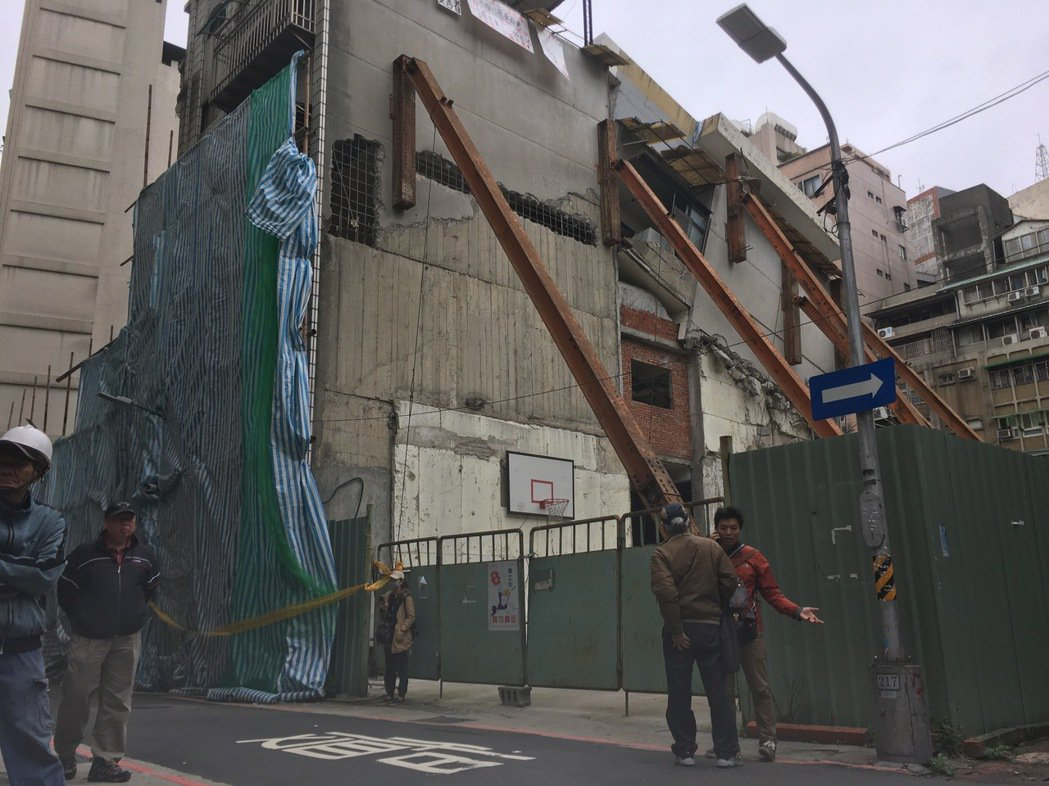 台北市長安西路的都更案,昨天都更審議會決議,不同意戶張先生今天之內須將屋內財產進...
