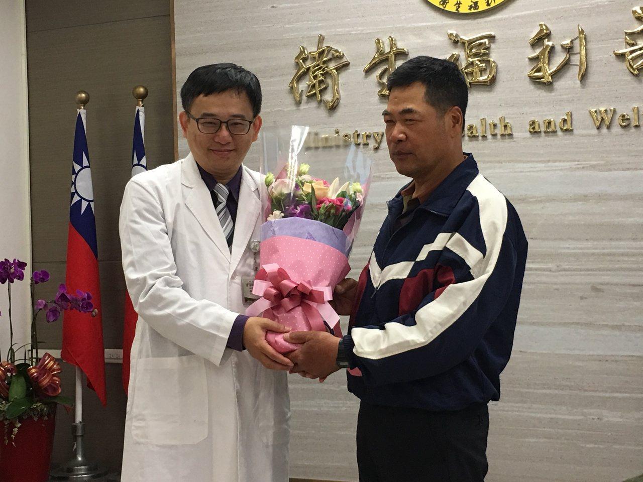 過敏性氣喘患者劉先生(右)送上花束,感謝豐原醫院胸腔內科主治醫師張一誠(左)的治...