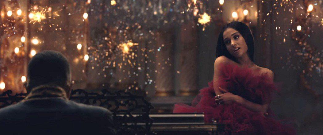 兩位女主角在MV中都穿酒紅色禮服。圖/環球提供