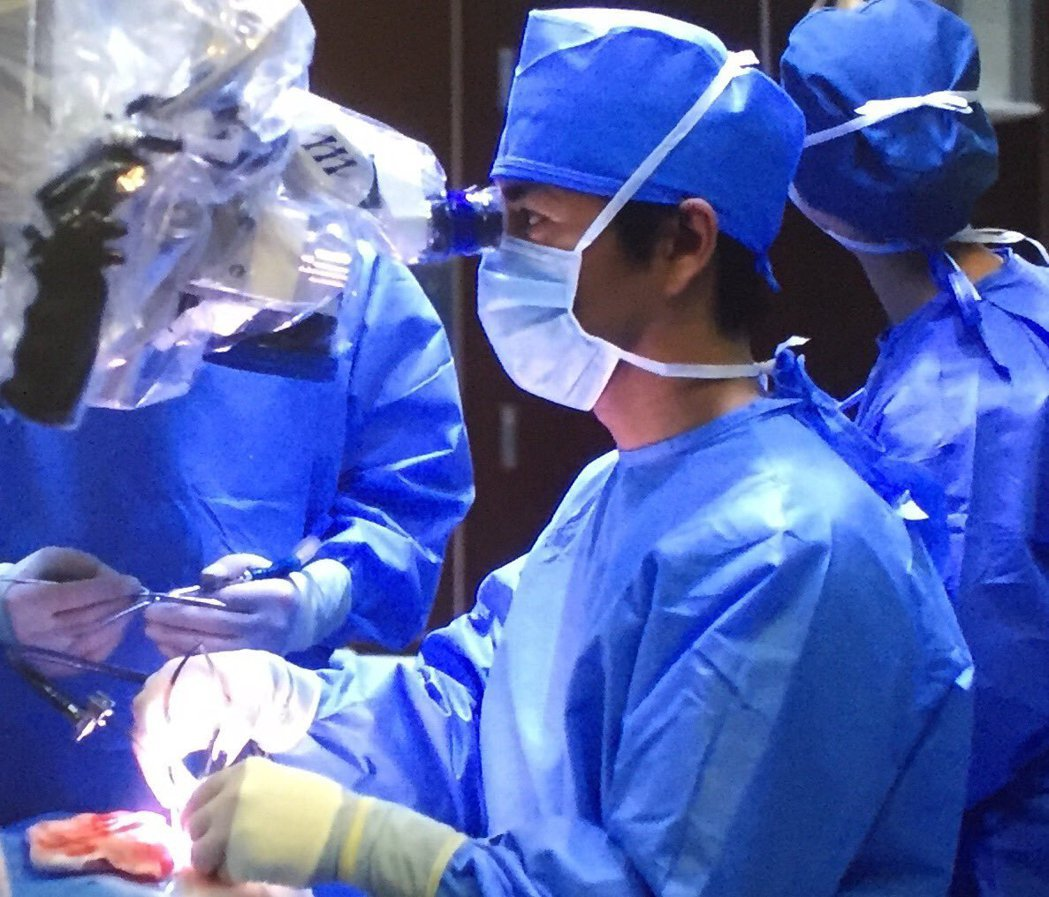 木村拓哉首度演醫生,手術場景逼真。圖/摘自推特